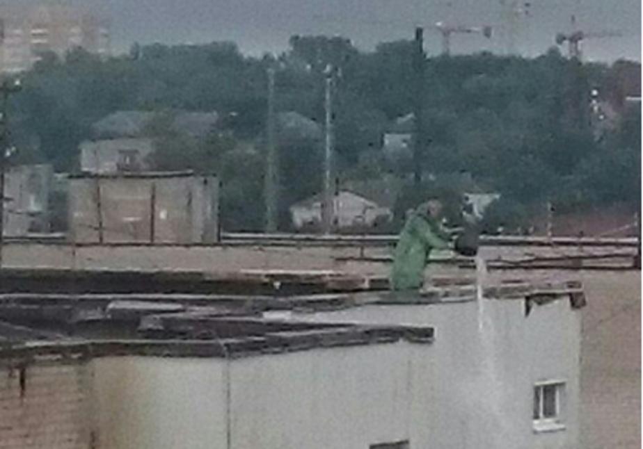 Калининградец вычерпывает воду с крыши - Новости Калининграда