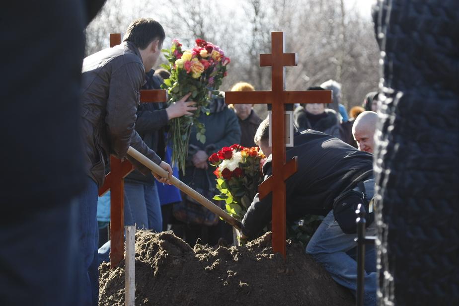 В Янтарном незаконно взимали деньги за дополнительные места на кладбище