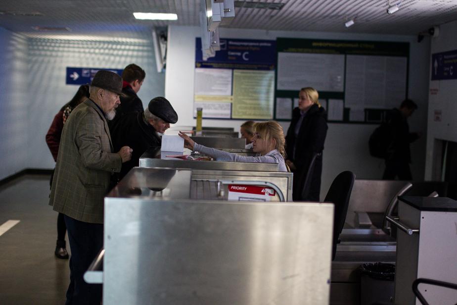 В аэропорту Калининграда задержали приезжего с фальшивой миграционной картой - Новости Калининграда