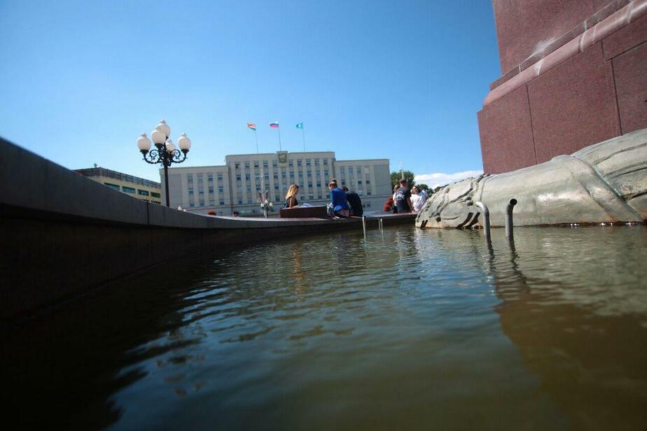 Мельников: Фонтаны отключили, потому что купающиеся в День ВДВ их ломают - Новости Калининграда