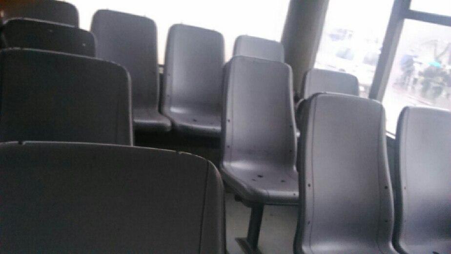 """В калининградском автобусе пассажиры вынуждены ездить на """"голых"""" пластмассовых сиденьях"""