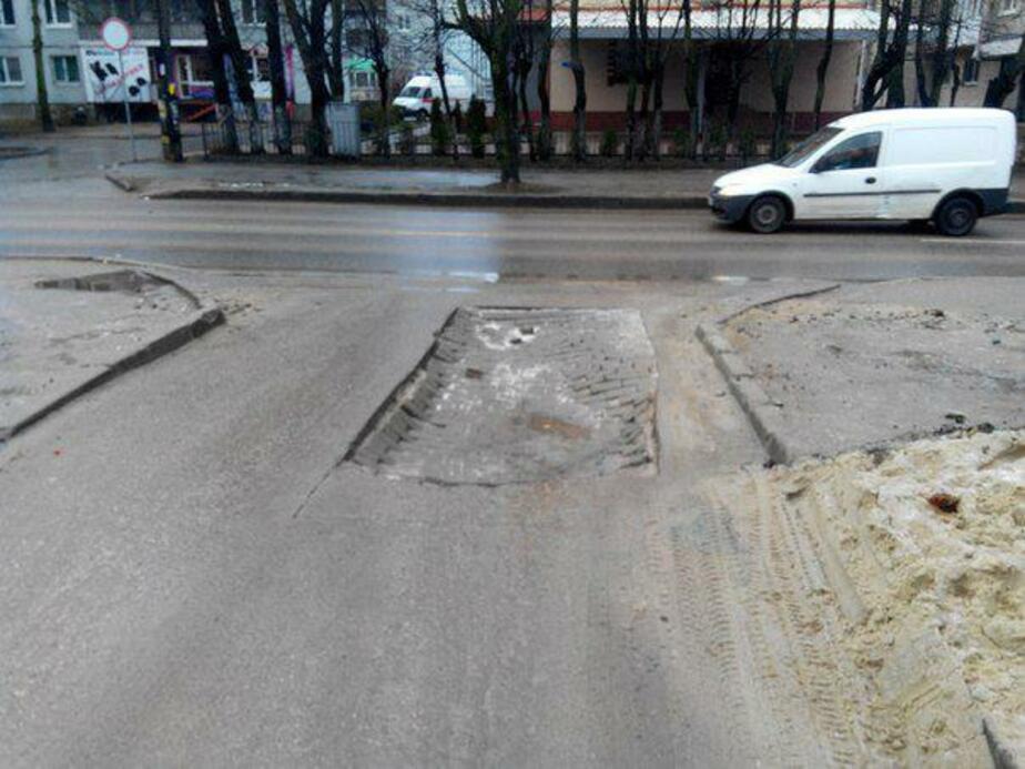 На улице Нарвской провалилась дорога (фото)