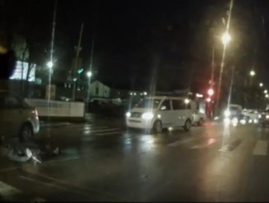 На ул. Дзержинского в Калининграде пешеход перелетел через автомобиль (видео)  - Новости Калининграда