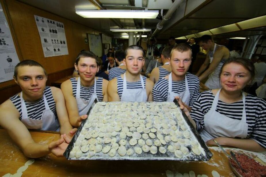 """На """"Крузенштерне"""" в открытом море слепили больше 10 тысяч пельменей - Новости Калининграда"""