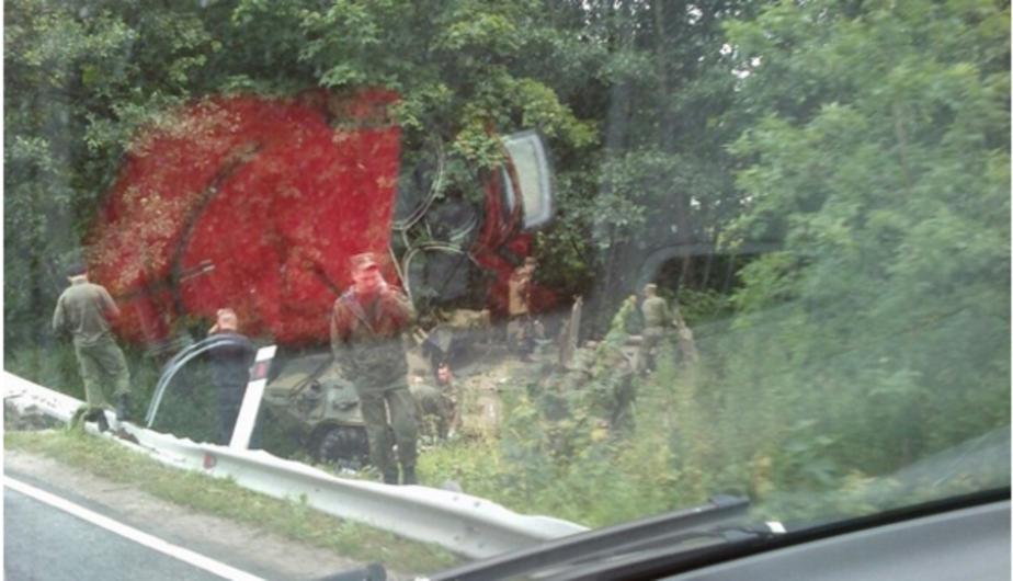 Бронетранспортер под Светлогорском съехал в кювет из-за машины, пытавшейся обогнать колонну - Новости Калининграда