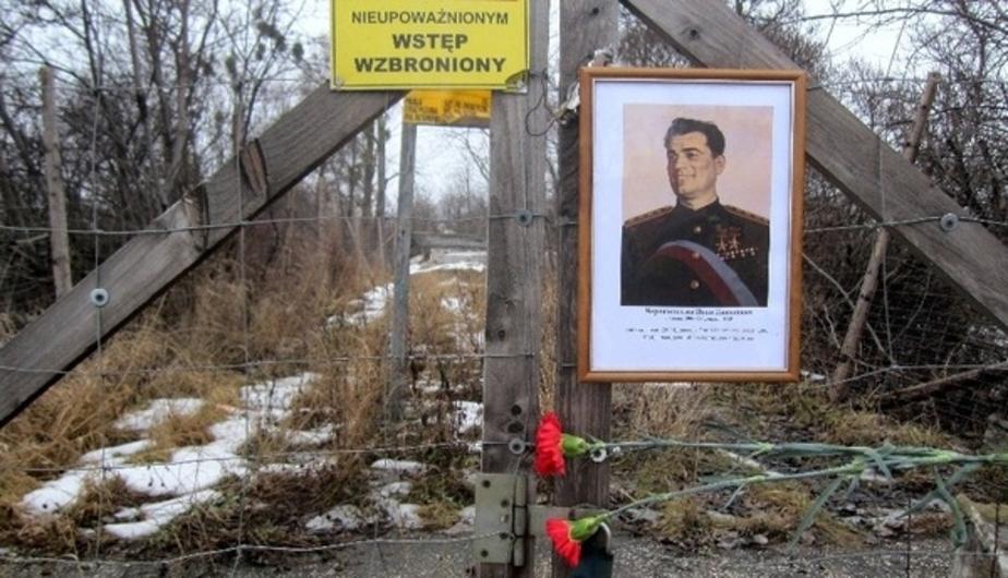Мэр Пененжно о почтивших память Черняховского: Цветы должны находиться на кладбище, а не под забором - Новости Калининграда