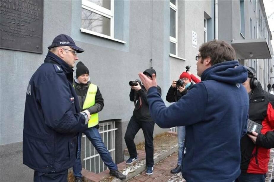 Польский депутат пытался сорвать доску в память героев Красной армии со здания университета - Новости Калининграда