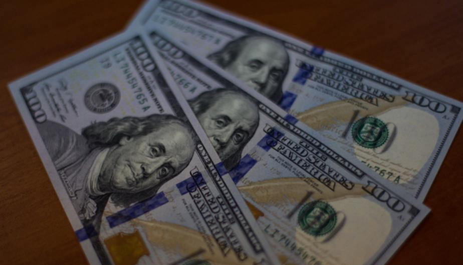 Биржевой курс доллара упал ниже 76 рублей, евро - ниже 83