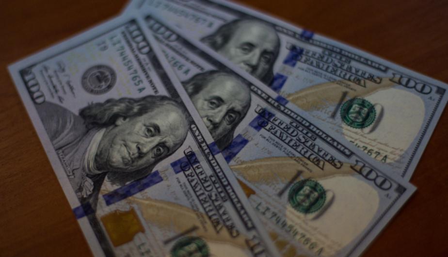 Рубль начал расти к доллару и евро