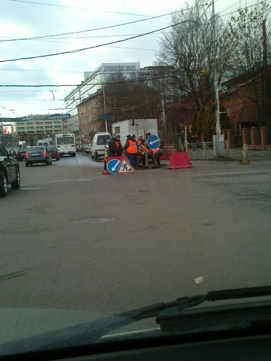 Из-за аварийной раскопки перекрыта полоса движения на улице Черняховского