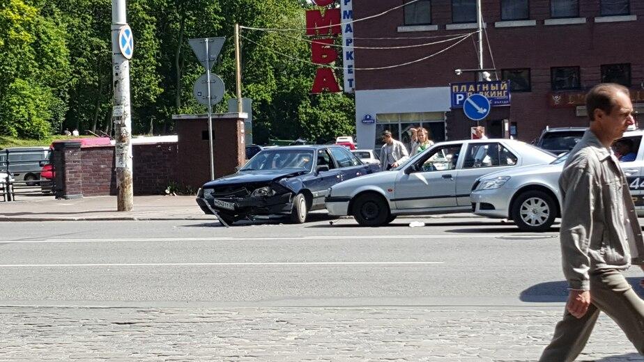 """В Калининграде """"Ауди"""" попала в аварию, выезжая с парковки у торгового центра - Новости Калининграда"""