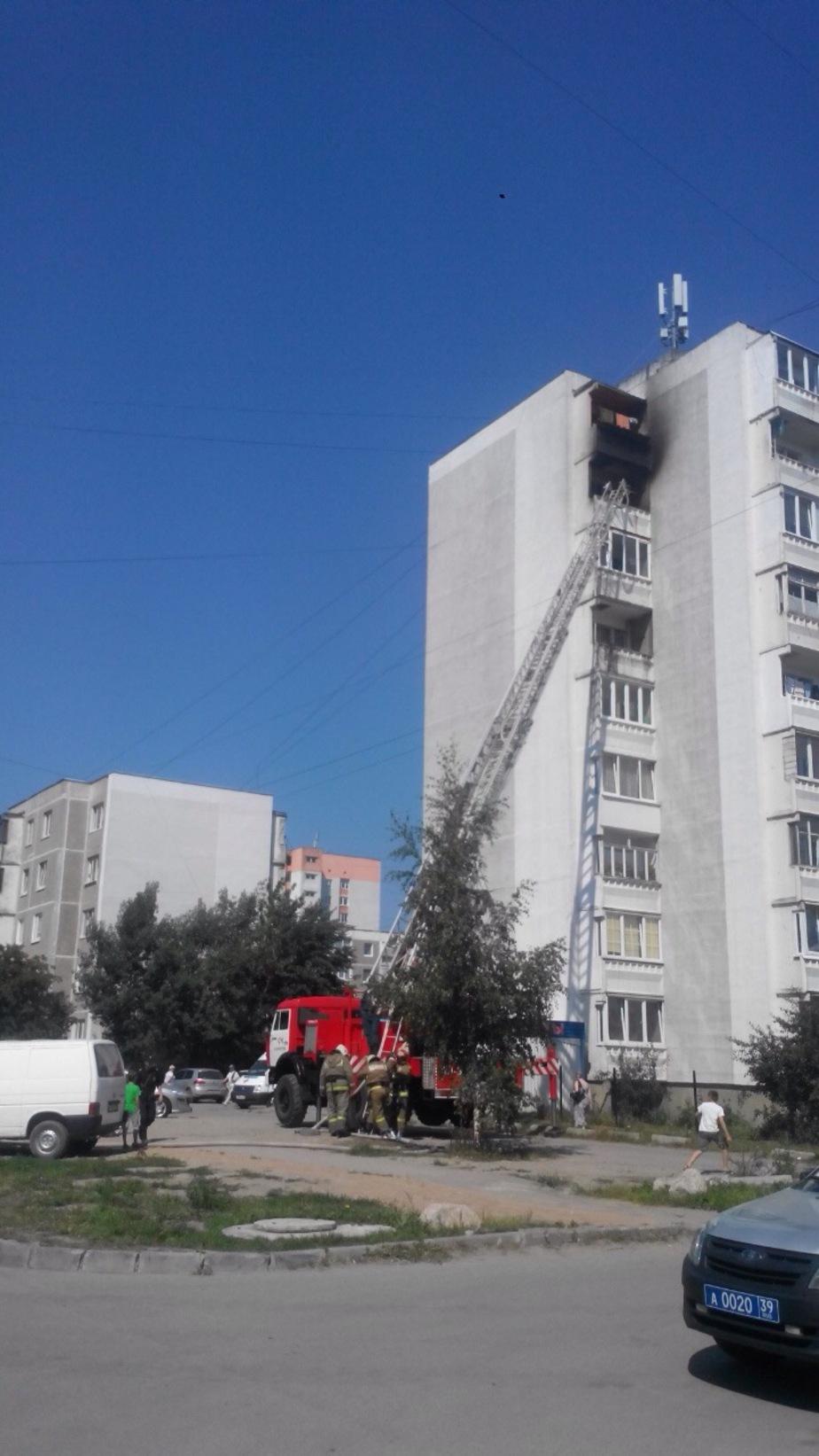 От брошенного с крыши окурка загорелся балкон в высотке на Сельме - Новости Калининграда