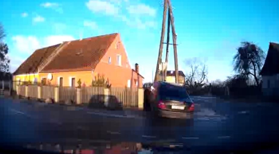 На калининградских трассах два автомобиля врезались в заборы (фото)