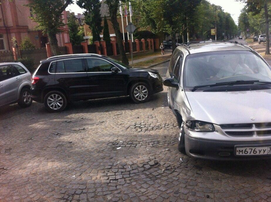 На перекрёстке улиц Тельмана и Лермонтова образовались пробки из-за аварии - Новости Калининграда