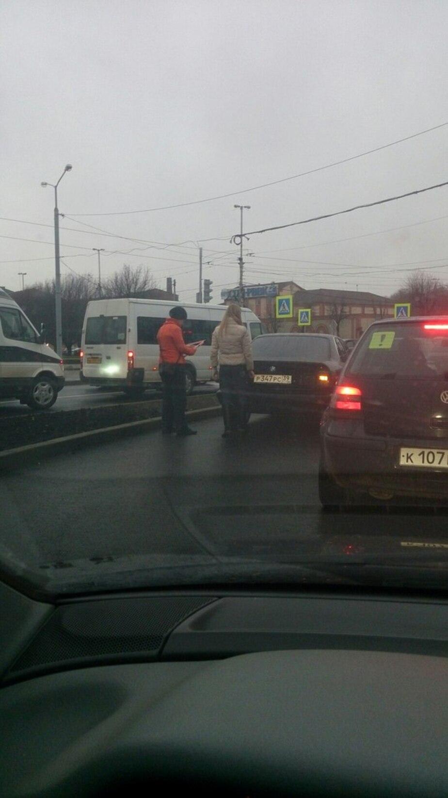 На съезде с Невского на Черняховского тройное ДТП: движение заблокировано