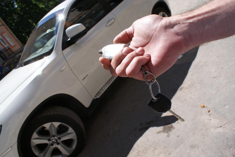 Калининградец нацарапал нецензурную надпись на машине соседа из-за мешавшей сигнализации