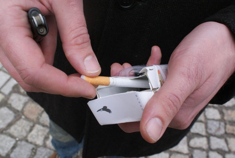 Общественники предлагают вернуть полиции право штрафовать за продажу сигарет подросткам