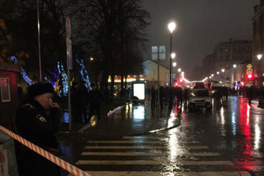 При взрыве на остановке в центре Москвы пострадали четыре человека