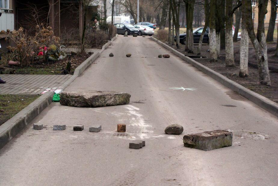 """""""Кирпичи"""" и камни: в Калининграде жители одного из дворов объявили войну водителям, объезжающим пробки - Новости Калининграда"""