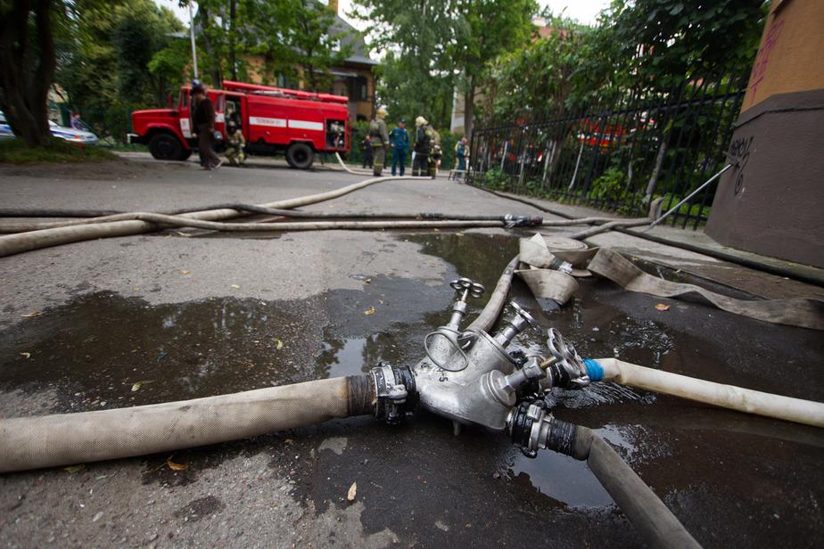 В Калининграде сгорели два автомобиля, серьезно пострадали соседние - Новости Калининграда