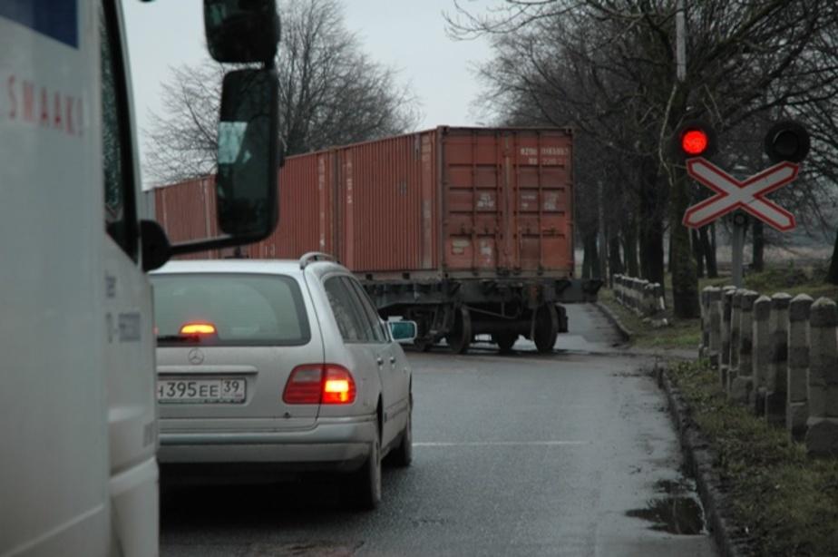 Калининградский водитель сбил заграждение на железнодорожном переезде - Новости Калининграда