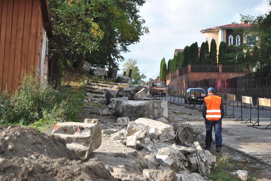 В Черняховске демонтируют нависавшую над тротуаром стену  - Новости Калининграда