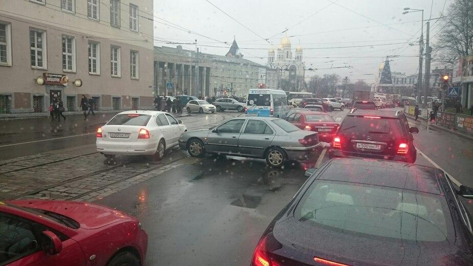 В центре Калининграда - пробка из-за аварии на трамвайных путях