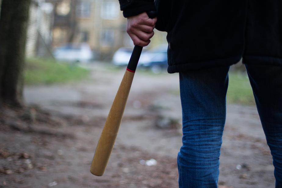В Черняховске осуждён мужчина, с помощью биты требовавший деньги у своего знакомого    - Новости Калининграда