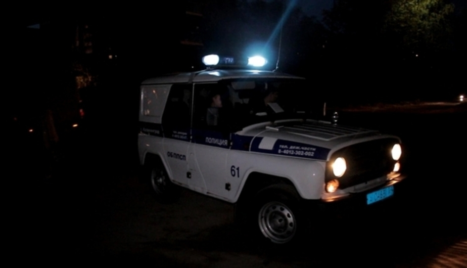 Пьяная калининградка ногой разбила лобовое стекло патрульной машины ДПС  - Новости Калининграда