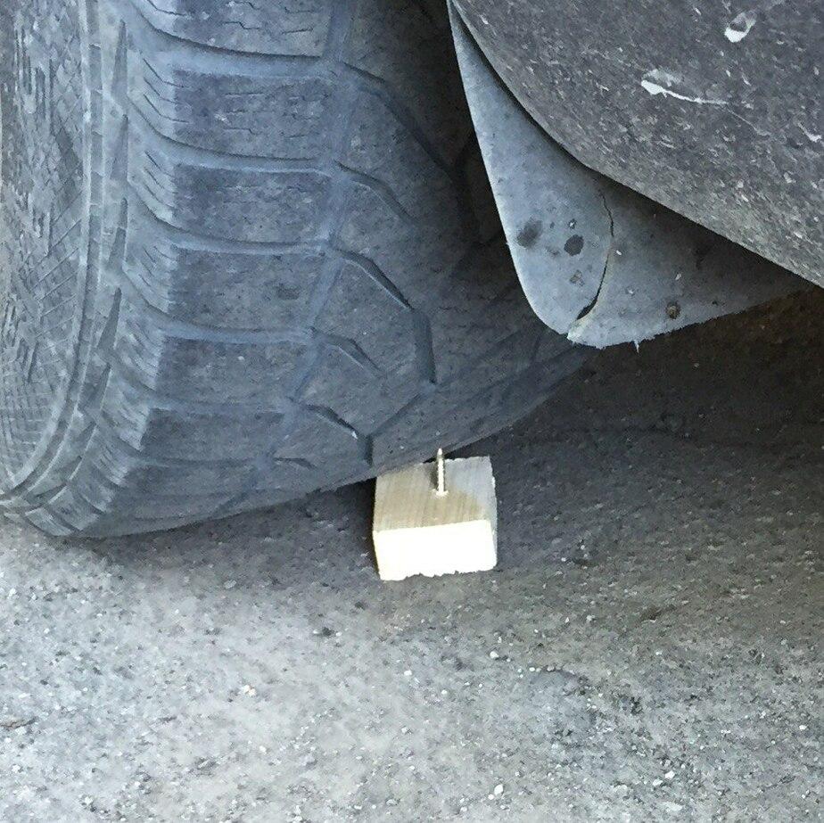 Гвозди – под колеса, кипяток в водителя: в Калининграде объявились неуловимые борцы с парковкой во дворе - Новости Калининграда