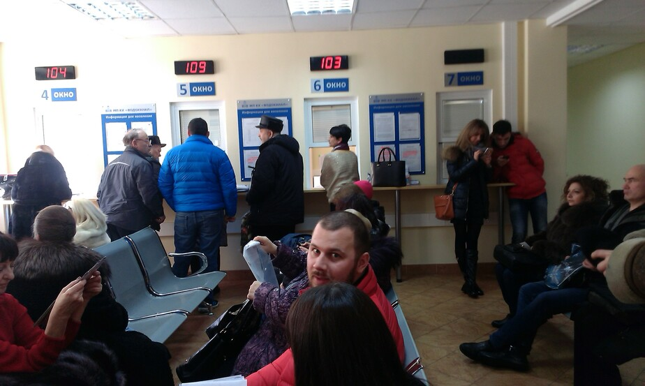 """В калининградском """"Водоканале"""" выстроились многочасовые очереди на регистрацию счётчиков"""