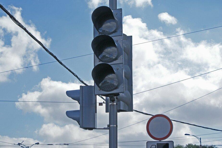 На улице Киевской сломался реверсивный светофор - Новости Калининграда