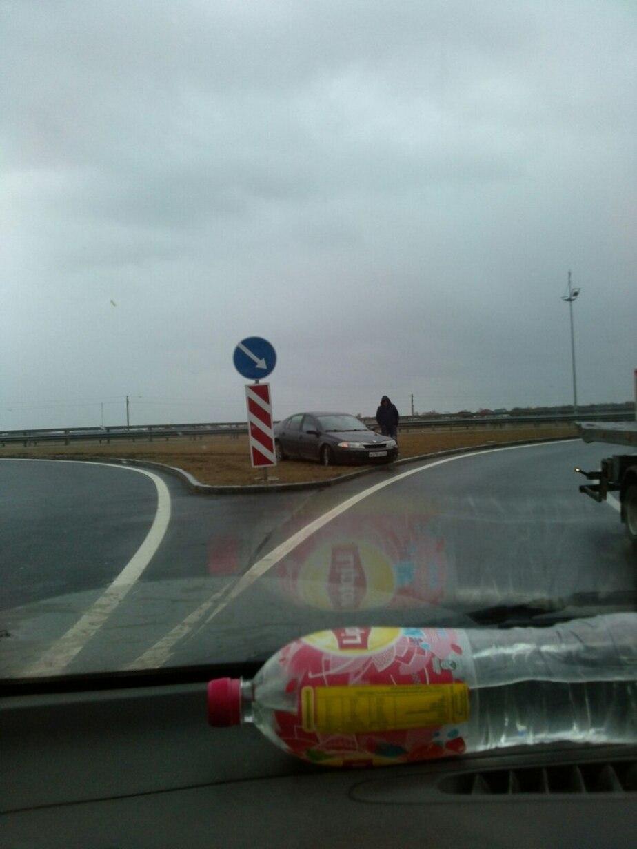 На съезде Приморского кольца иномарка улетела с трассы