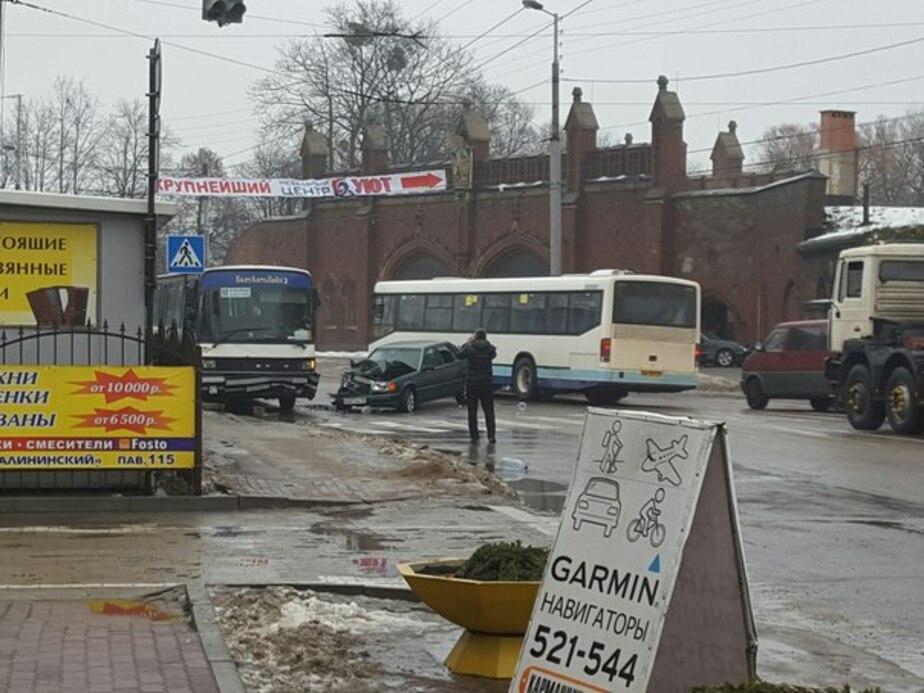 На проспекте Калинина легковушка врезалась в автобус
