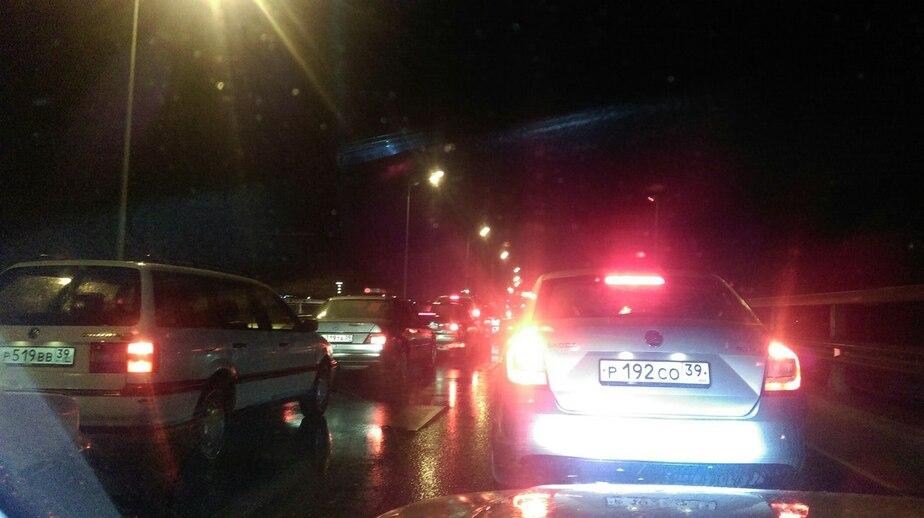 ДТП и яма на дороге: в Калининграде несколько улиц встали в пробках