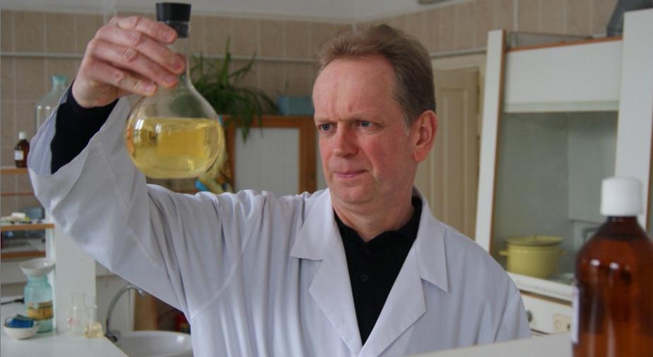 Калининградский химик получил жидкий янтарь