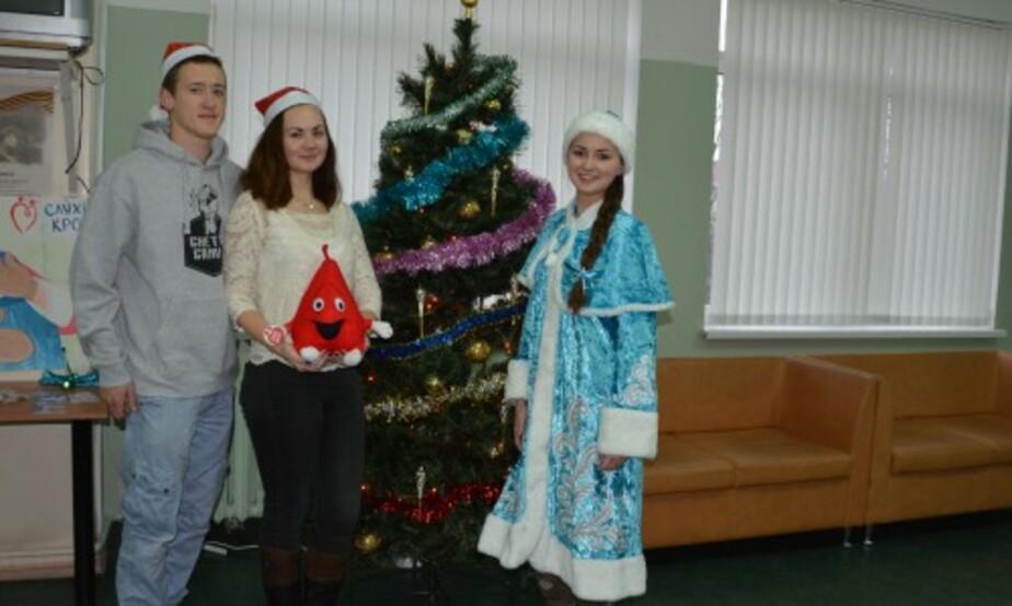 В Калининграде Дед Мороз и Снегурочка вручают подарки донорам крови