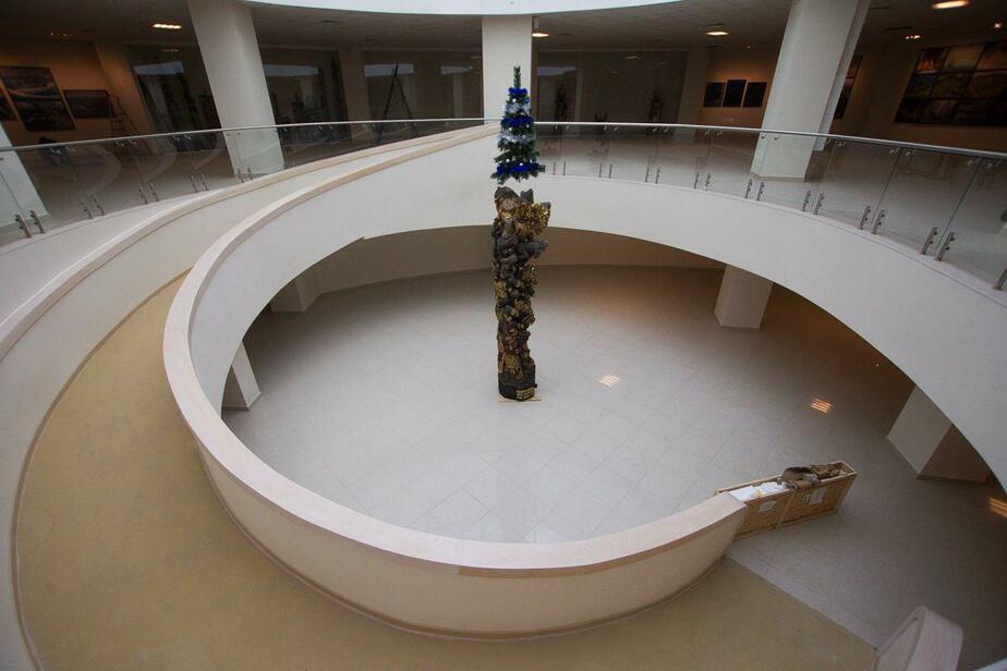 В Светлогорске выставили четырёхметровую колонну из обезьян (фоторепортаж)