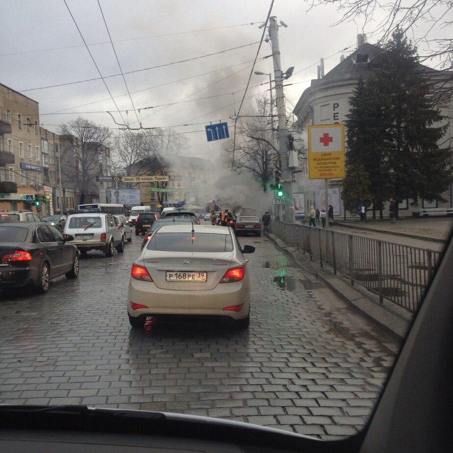 """В Калининграде на проспекте Мира загорелся """"Мерседес"""""""