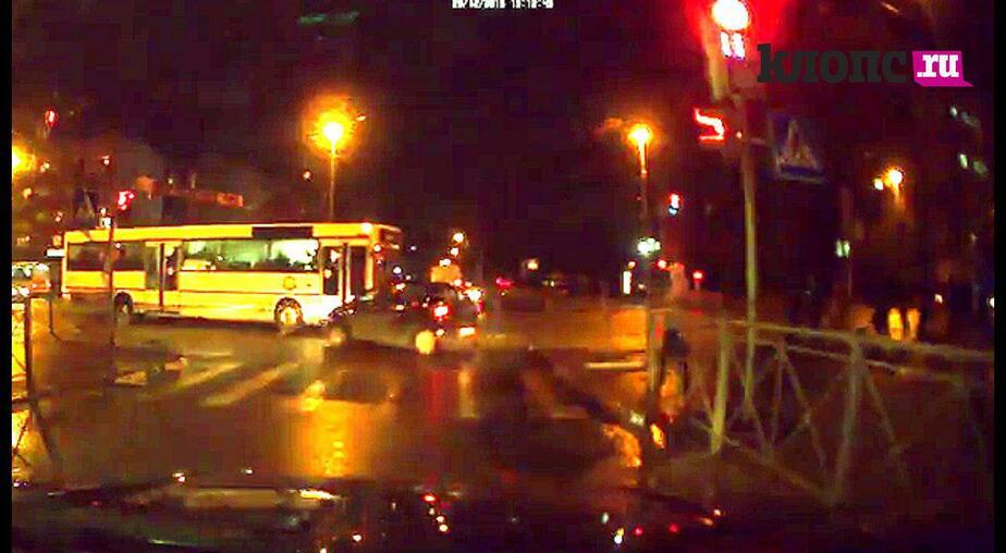 """Видео аварии на Ленинском проспекте: автобус едет на """"желтый"""" и врезается в машину"""