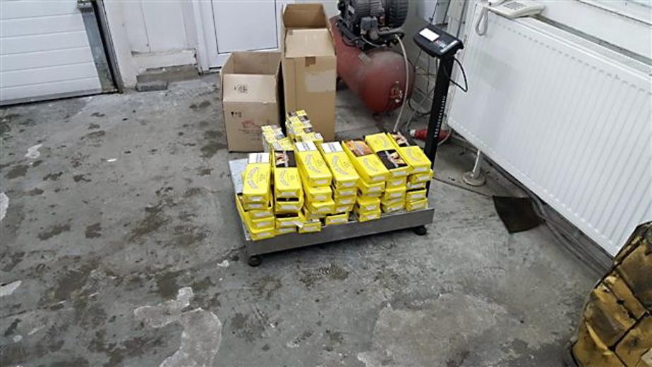 Калининградские таможенники нашли сотни сигаретных пачек в сумках и бензобаке
