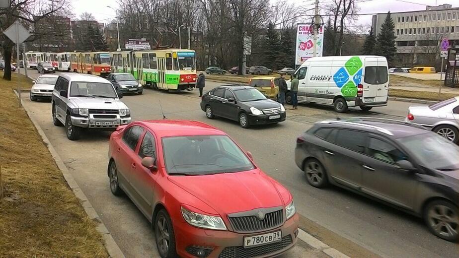 На ул. Черняховского из-за аварии не могут проехать трамваи (фото) - Новости Калининграда