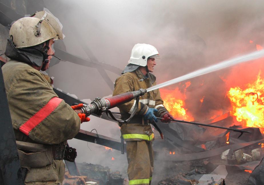 Пожар в Гвардейском районе уничтожил кровлю жилого дома - Новости Калининграда