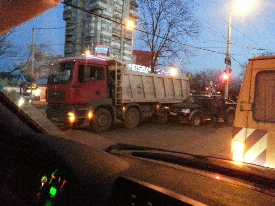 На ул. Горького внедорожник влетел в грузовик: образовались пробки - Новости Калининграда
