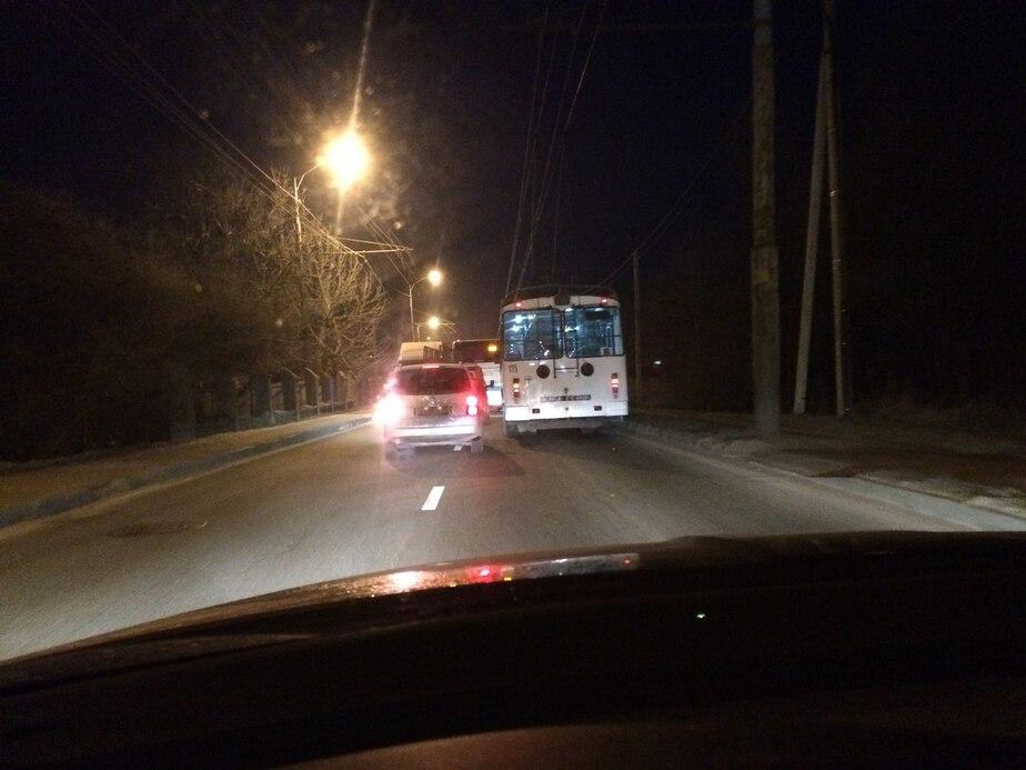 Вставшие троллейбусы и неработающий светофор: в Калининграде начались утренние пробки  - Новости Калининграда