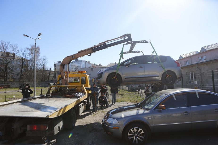 Перед Новым годом эвакуаторы забирают больше машин с улиц Калининграда
