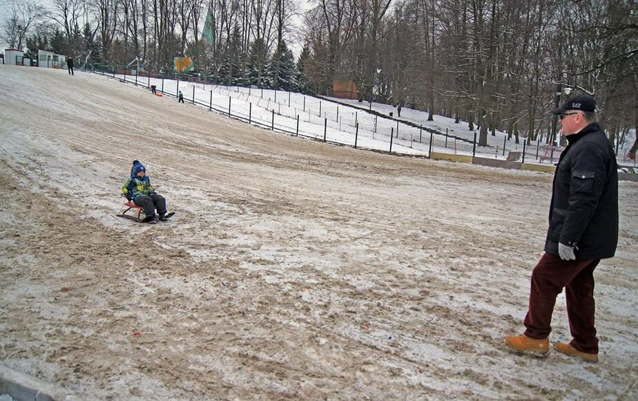 В Калининграде засыпали песком снежную горку в Центральном парке - Новости Калининграда