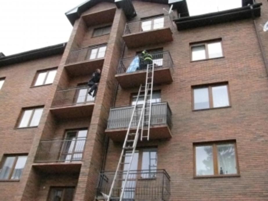 В Пионерском полицейский спас от переохлаждения пенсионерку, запертую на балконе в халате - Новости Калининграда
