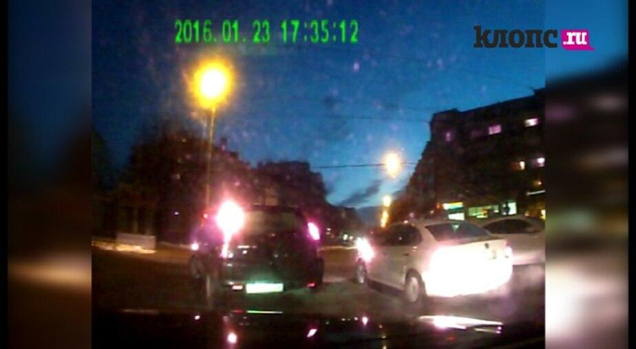 """""""Водитель, ты… судак"""": машина полиции нарушает ПДД, а инспектор этого не замечает - Новости Калининграда"""