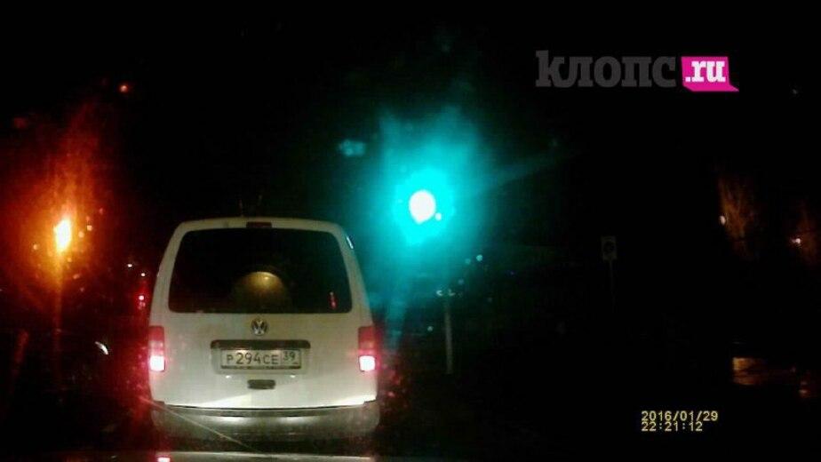 Светофор на ул. Комсомольской горит одновременно красным и зелёным
